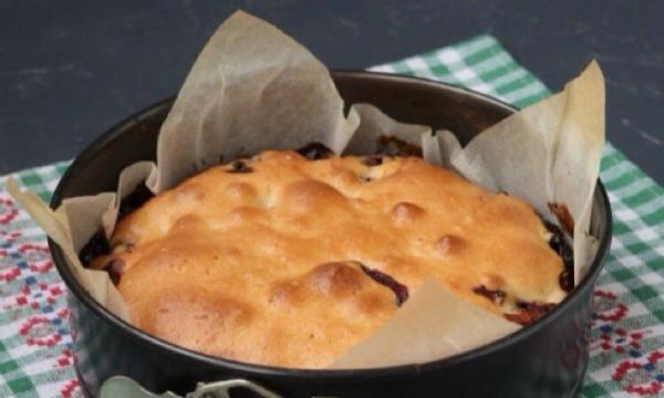 Смачний пісний пиріг з вишнею на мінеральній воді