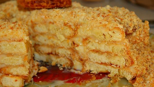 """Неймовірно смачний торт """"Лінивий Наполеон"""" на основі печива"""
