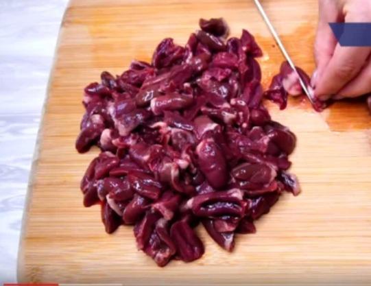 Курячі сердечка в сметанному соусі - покроковий рецепт з фото