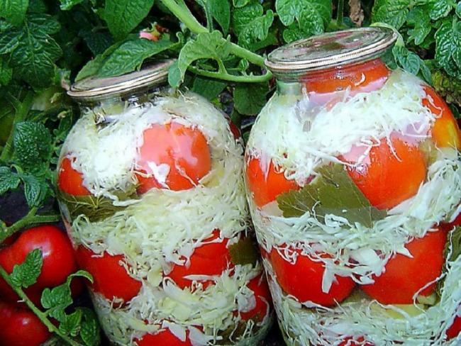 Неймовірно смачні помідори з капустою на зиму