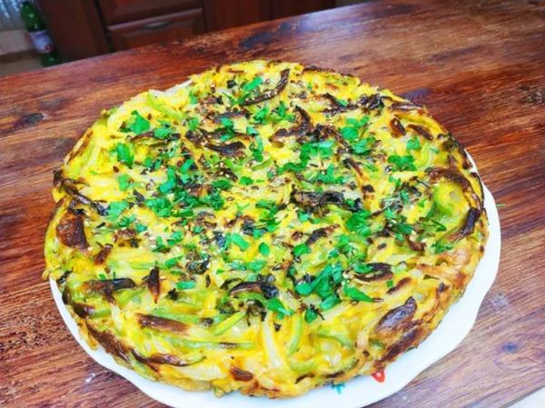 Смачний пиріг зі звичайної цибулі, перцю і яєць на сковороді