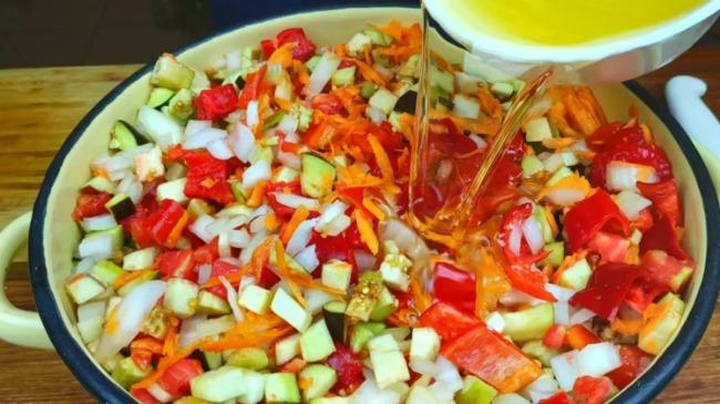 Простий і смачний салат на зиму: без оцту та без стерилізації