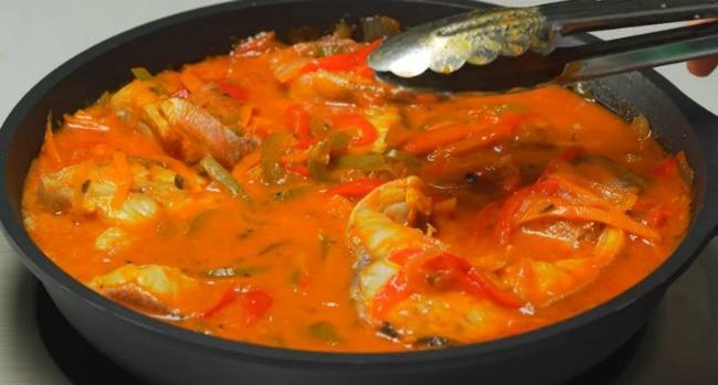 Приголомшлива риба в томатному соусі з овочами