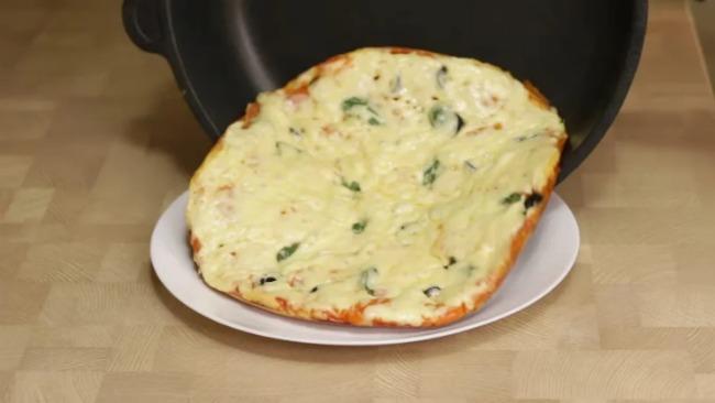 Простий рецепт швидкої піци на сковороді за 5 хвилин