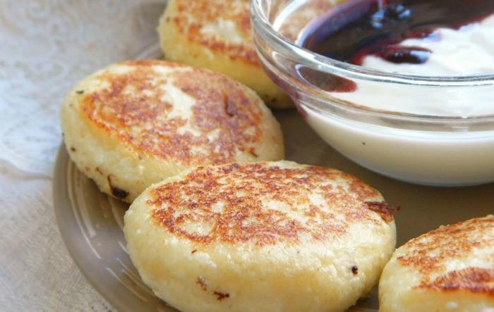 Апетитні сирники як в садку: покроковий рецепт