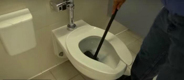Школярки знущалися над прибиральником, залишаючи сліди помади на дзеркалах: він придумав, що їм відповісти