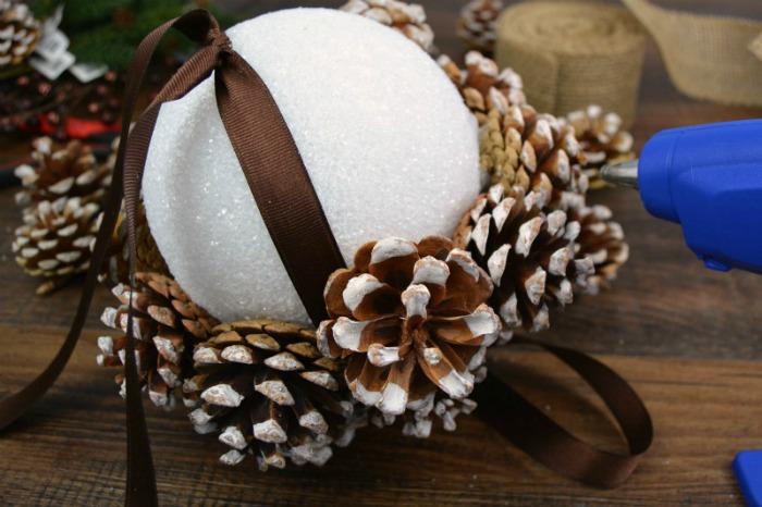 Дизайнерська куля з шишок - зимовий декор родом з казки
