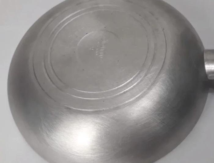 Приголомшливий метод миття сковороди від багаторічного нагару і залишків жиру