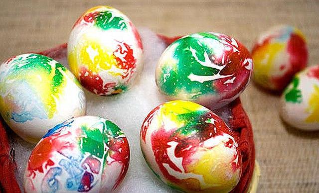 Незвичайні й оригінальні способи фарбування яєць до Великодня