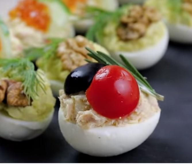 Фаршировані яйця - одна з найпростіших і універсальних закусок