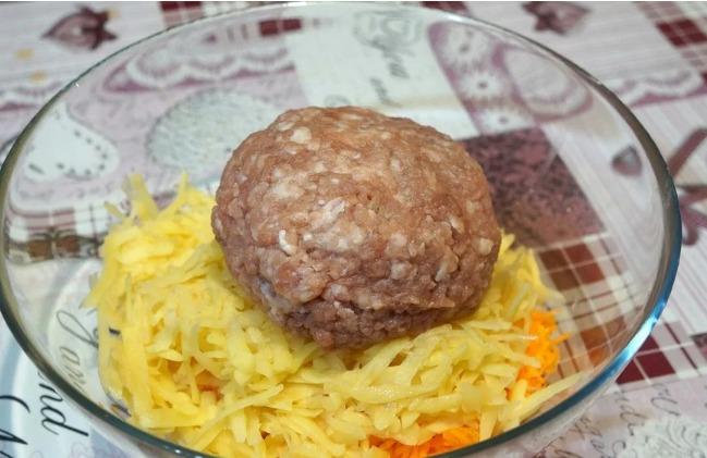 2 картоплі, 1 морква, трошки фаршу і смачна вечеря готова