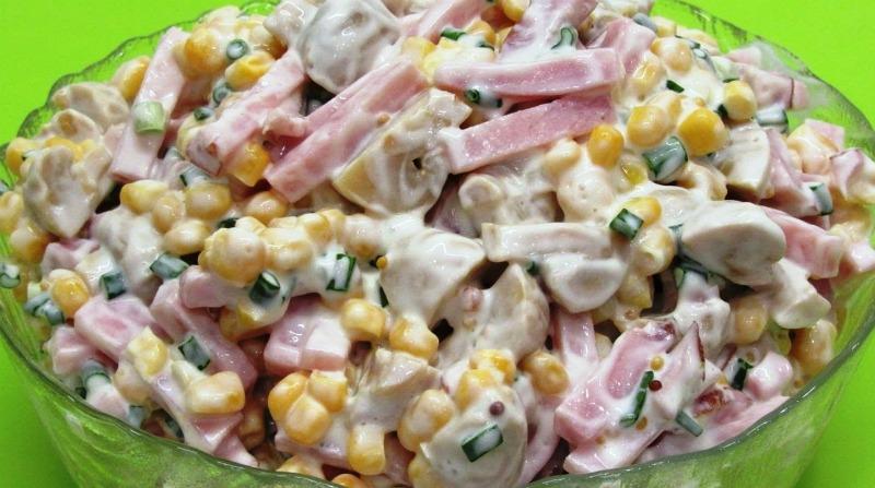 Порада: якщо ви не любите консервовану кукурудзу, її можна замінити зеленим горошком, а зелену цибулю - звичайною, тільки попередньо замаринуйте її або просто залийте кип'ятком, щоб прибрати гіркоту. Деякі в цей салат ще додають твердий сир, але це вже по вашому бажанню і смаку. Соус ви можете не робити зі сметаною, а скористатися тільки майонезом, навіть можна зробити і домашній соус з гірчицею, виходить смачно і цікаво. - рецепт приготування