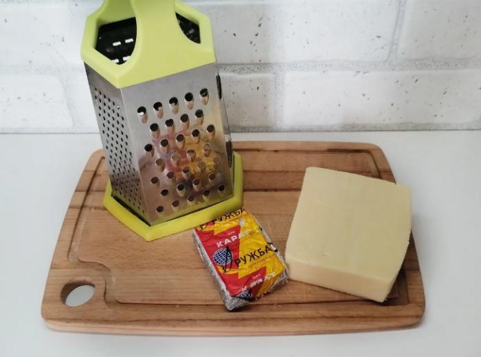 Сестра показала як правильно терти сир на тертці! Все життя прожила і не знала про такий метод