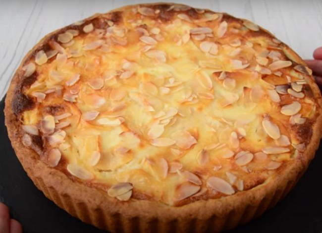 Смачний пиріг з яблуками в сметанній заливці