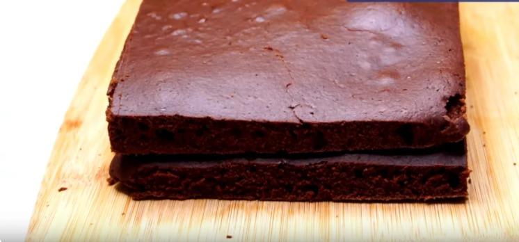 1 ст. молока, 5 ложок какао, 350 г борошна і трохи ванілі для найсмачнішого і соковитого шоколадного торта