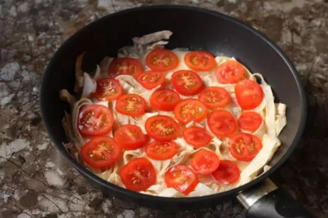 Беру тонкий лаваш, нарізаю ножицями прямо в сковорідку: швидкий сніданок за 10 хвилин