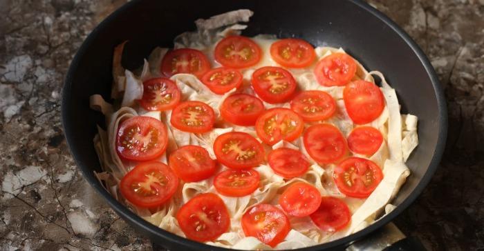 Беру тонкий лаваш, нарізаю ножицями прямо в сковорідку і готую швидкий сніданок, буквально за 10 хвилин