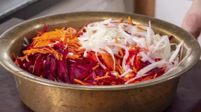 Цей салат з капусти ви будете готувати всю зиму. Дуже смачний