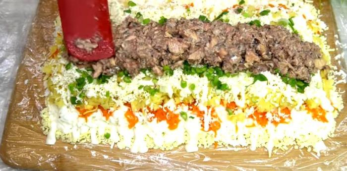 Всіма улюблений салат Мімоза. Не старіє, а навпаки, набирає популярності
