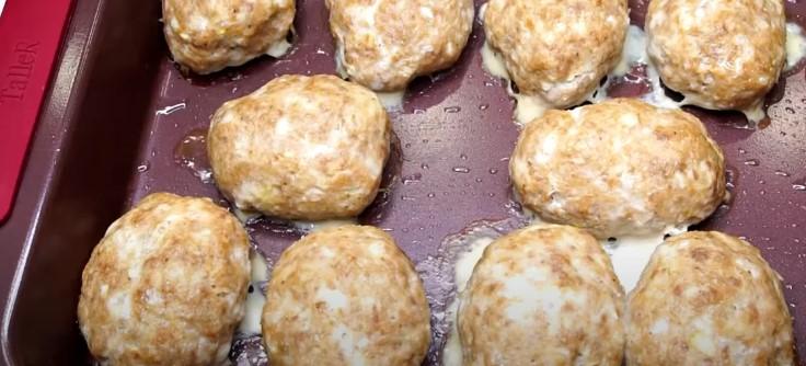 В котлети кладу сир, виходять однаково соковитими в духовці і на сковорідці
