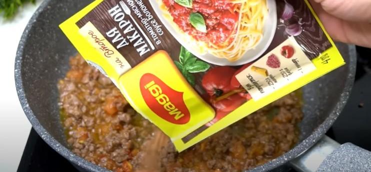 Беру 250 грам фаршу і готую соус до макаронів або картоплі
