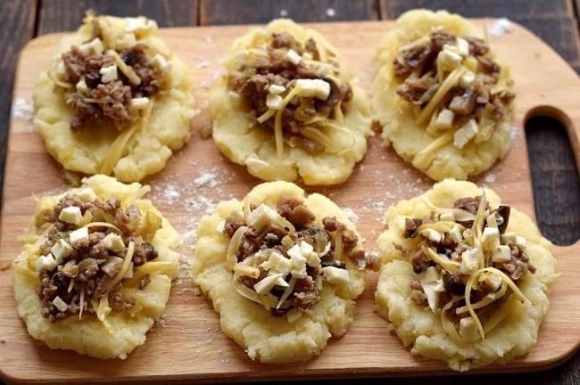 Картопляні зрази з фаршем і грибами