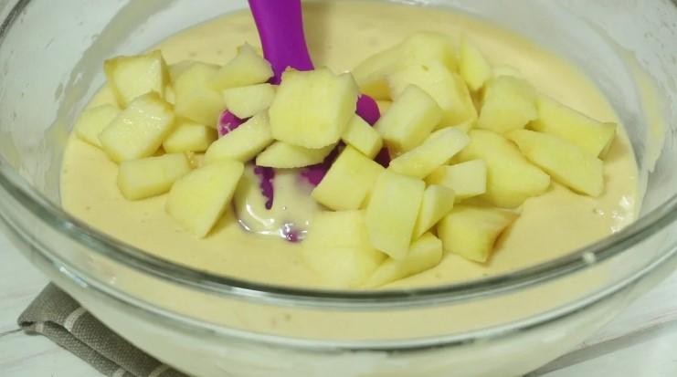 Рецепт ніжного пирога з яблуками і заварним кремом