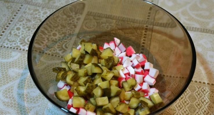 Салат із крабових паличок з кукурудзою і яблуком