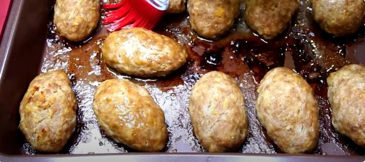 Більше не стою біля плити годинами: подруга навчила готувати котлети в духовці, які за смаком як смажені