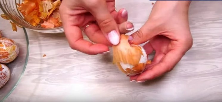 Завжди фарбую яйця на Великдень таким методом за допомогою цибулевого лушпиння