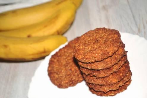 Беру вівсяні пластівці, банан, трохи горіхів і випікаю смачне, дієтичне печиво