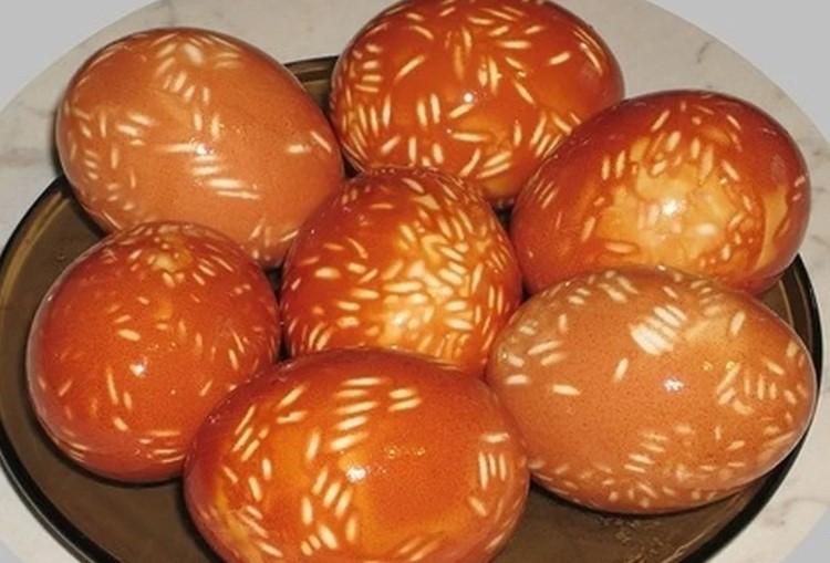 Розповіла всі секрети фарбування яєць цибулевим лушпинням, завдяки яким колір виходить насиченим і рівним