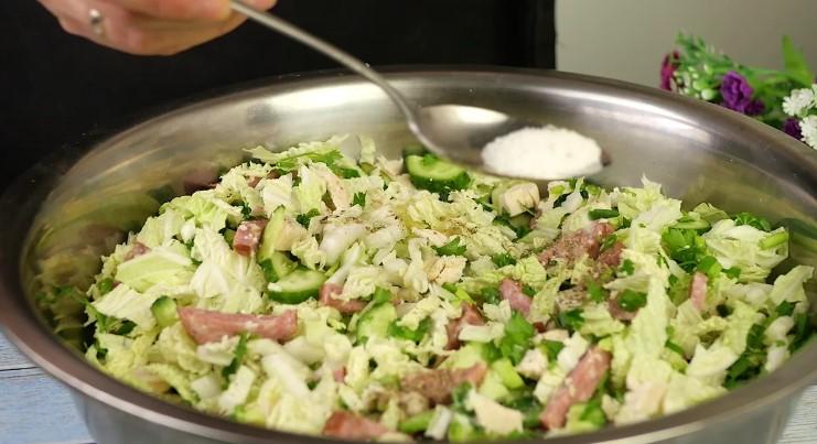 """Смачний салат """"П'ятихвилинка"""" з простих продуктів"""