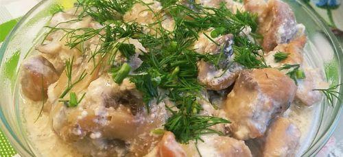Ніжна свинина з грибами в сметанному соусі