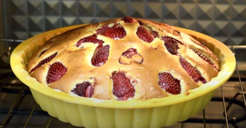 Простий пиріг з полуницею за забутим рецептом з 60-х