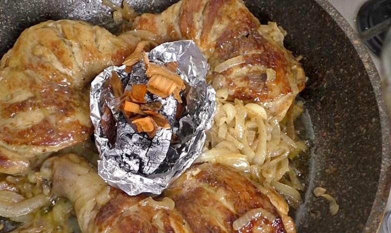 Перетворюємо звичайні курячі стегенця в шашлик на сковорідці: маринуємо, а потім смажимо на цибулі