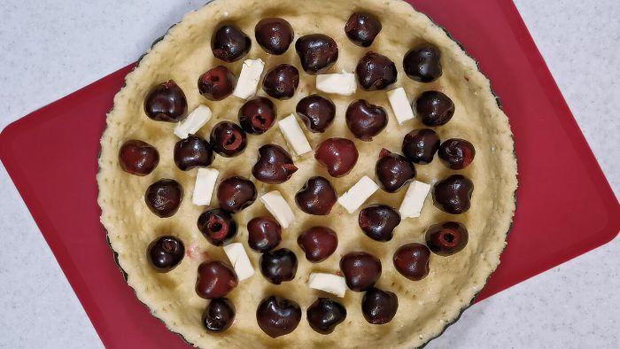 Готую кожен сезон відкритий пиріг з ніжною як крем заливкою. Начинки міняю і роблю з різних ягід