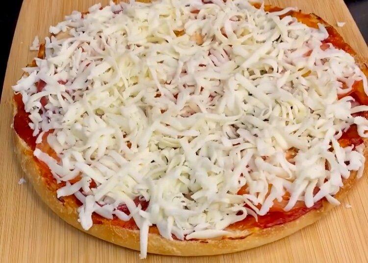 Готую піцу з хліба з апетитним запахом випічки. Просто, надійно і набагато швидше