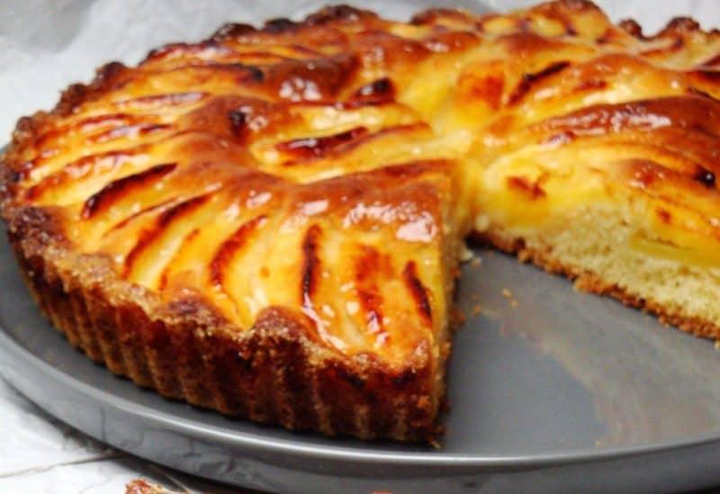 Пиріг на кефірі з яблуками: 15 хвилин час на випічку
