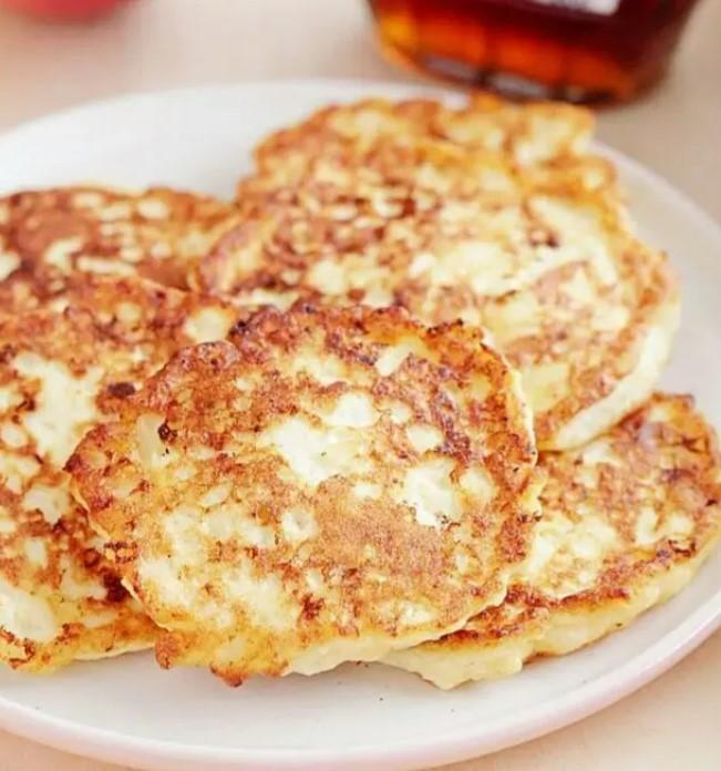 Простий рецепт: смажу сирні оладки з яблуками